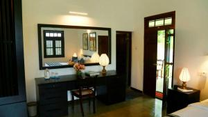 Thompson Manor (A Luxury Villa in Galle) Pool View Bedroom (6)