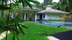 Thompson Manor (A Luxury Villa in Galle) Swimming Pool (7)